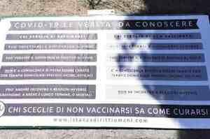 Imperia, maxi manifesto no vax davanti all'ospedale