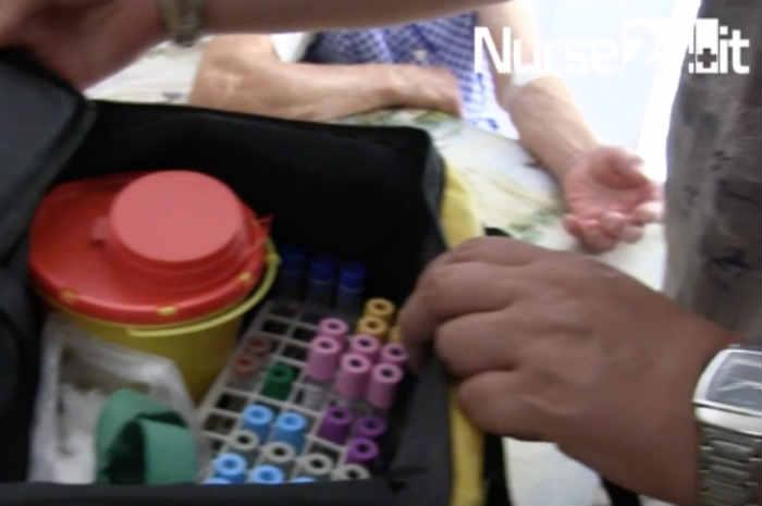 infermiere apre borsa con materiale per prelievo ematico