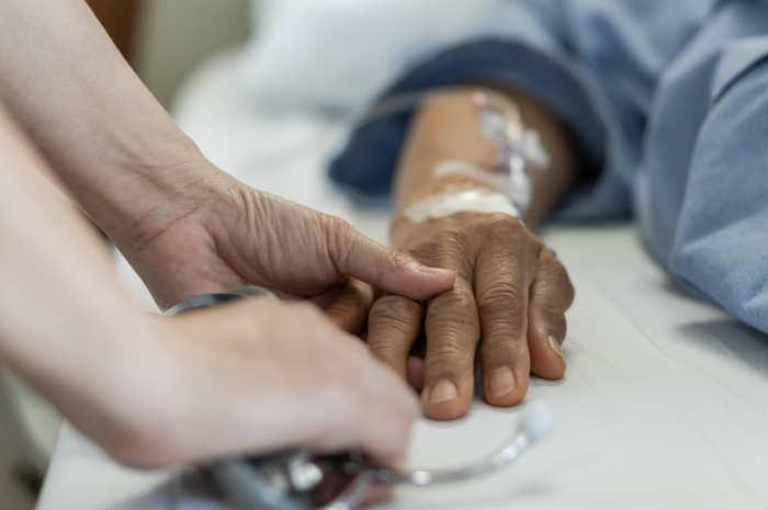 infermiere assiste paziente