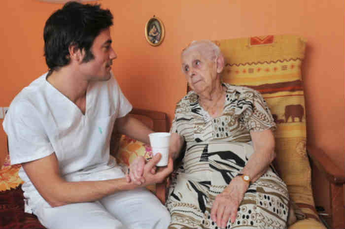 donna anziana e oss a domicilio