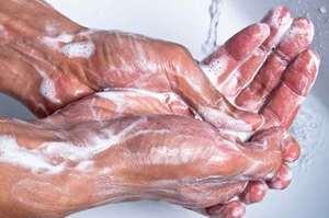 Lavaggio delle mani dell'operatore