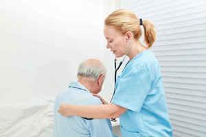 Palpazione ed auscultazione durante l'esame fisico del paziente