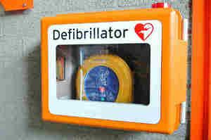 Cos'è un defibrillatore, com'è fatto e come si usa