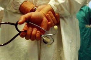 Avances su due infermiere, medico rinviato a giudizio