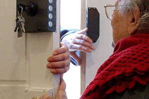 Indossa la divisa da infermiera per truffare un'anziana