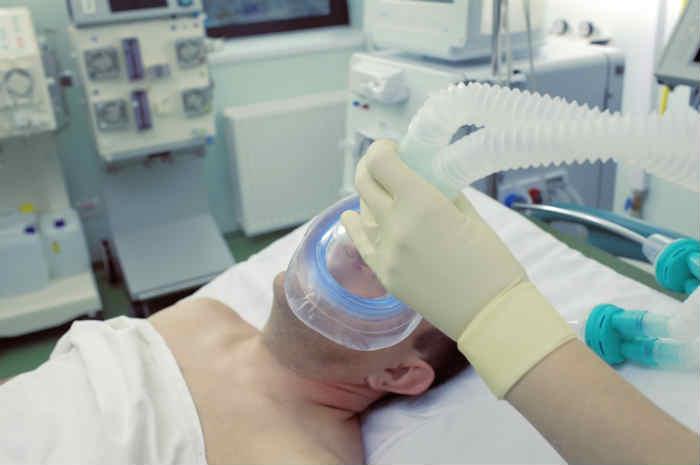 paziente in ICU con ventilazione meccanica