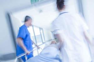 Infermiera sollecita un intervento, il medico l'aggredisce