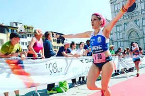 Infermiera si ferma in maratona per soccorrere l'avversaria