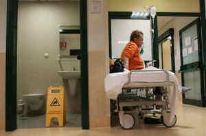 Paziente cade dal letto e muore, assolte due infermiere