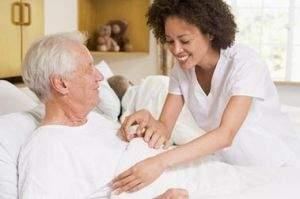 assistenza-paziente-anziano-letto