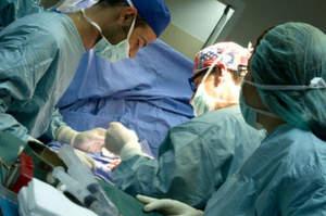 Selfie e cena a casa del medico prima dell'intervento, ma il paziente muore